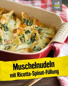 What is better than filled pasta? Filled and baked pasta! For this recipe, we fill mussel pasta with a delicious ricotta spinach cream. There is also a homemade tomato sauce. Greek Recipes, Paleo Recipes, Ricotta, Easy Dinner Recipes, Easy Meals, Filled Pasta, Ground Beef Recipes Easy, Homemade Tomato Sauce, Noodles