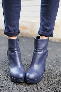 Today's Hot Pick :高贵感觉的蓝色系短靴 http://fashionstylep.com/SFSELFAA0024413/stylenandacn/out 百搭小短靴,上班穿,平时休闲穿都不错 看上去很有质感 鞋跟也非常漂亮 独特的蓝色给你不一样的气氛
