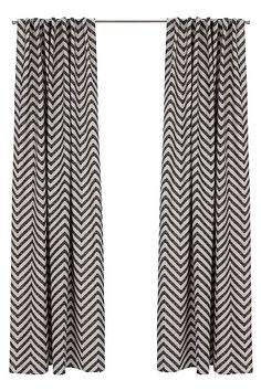 Med tryckt zick-zack-mönster. Dolda hankar på baksidan ger snygg upphängning och naturligt fina veck. Lite kraftigare kvalitet. Bredd 145 cm. Två längder: 220 och 250 cm.<br><br> <br><br>100% bomull<br>Tvätt 40°