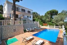 Belle villa avec piscine privée, proche de la plage, parfaite pour passer un sejour en familles. http://www.locationvillaespagne.com/lloret-de-mar/colin/ #colin