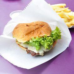 Cheeseburger und Pommes Frites von Burger de Ville   creme berlin