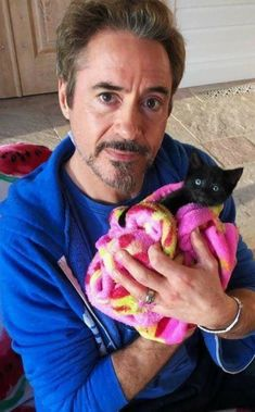 Robert Downey Jr posing with a kitty. Robert Downey Jr posing with a kitty. Crazy Cat Lady, Crazy Cats, I Love Cats, Cool Cats, Photo Elephant, Celebrities With Cats, Celebs, Baby Animals, Cute Animals