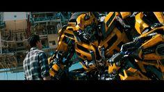 El exilio de los autobots. Bumblebee se despide de su viejo amigo Sam. Aunque en un momento pensé;- el abejorro no sabe lo que Optimus Prime está pretendiendo. Todo con tal de engañar a los decepticons. ¡maldito Megatron! ^^
