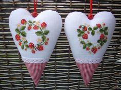 2-Deko-Herzen-Kreuzstich-Sticken-Stickbild-Acufactum-Bengtsson-Erdbeeren-NEU Fabric Hearts, Cross Stitch Finishing, Needlepoint, Embroidery, Christmas Ornaments, Holiday Decor, Crafts, Inspiration, Embroidery Hearts