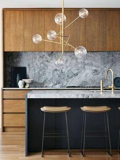 repeindre sa cuisine quelle couleur pour les murs d'une cuisine, cuisine blanche et grise, avec des meubles en bois clair, des chaises de bar en faux cuir marron clair et des pieds métalliques en gris foncé