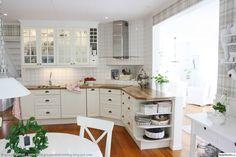 Such a beautiful kitchen! Corner Stove, Kitchen Corner, Kitchen Reno, Home Decor Kitchen, Kitchen Interior, New Kitchen, Interior Design Living Room, Kitchen Dining, Kitchen Cabinets