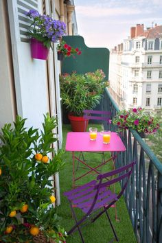<p>Disponible en violet et fuchsia, cette <strong>petite table</strong> a les dimensions idéales pour meubler les petits balcons, même les plus étroits.</p> <p></p> <p...
