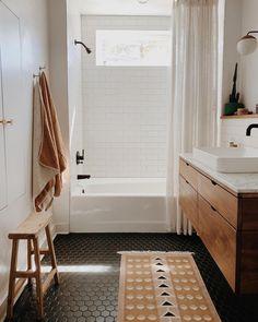 kinderbadkamer Bathroom Decorating Bohemian Style Home Decor Ideas Outdoor Weather Resistant Wicker Bathroom Renos, White Bathroom, Bathroom Ideas, Master Bathrooms, Bathroom Organization, Bathroom Storage, Modern Boho Bathroom, Minimalist Bathroom, Small Bathrooms