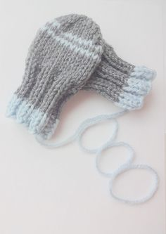 These darling mittens will help keep your baby warm and stylish – a must-need baby accessory for fall, winter and spring months. Baby Mittens Knitting Pattern, Baby Hat And Mittens, Knit Mittens, Knitting For Kids, Knitting Projects, Baby Knitting, Simple Knitting, Baby Patterns, Crochet Patterns