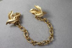 Vintage-Crown-TRIFARI-Goldtone-Sweater-Clip-Chain-Crown-over-the-T
