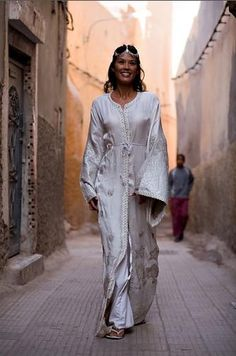 Wedding Dress - Moroccan wedding ceremonies are like the other Arab countries,the customs and culture are given great importance. The Moroccan people celebrate most of there wedding by wearing the Traditional dresses (The kaftan or caftan).