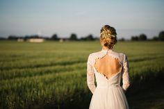 Brudporträtt i Golden Hour. Brudklänning från Ida Sjöstedt Couture. Bröllop på Idala Gård utanför Trelleborg, Skåne. Bröllopsfotograf är Tove Lundquist.