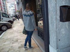 Suéter de dibujos de geométricos, en tonos azules y grises.