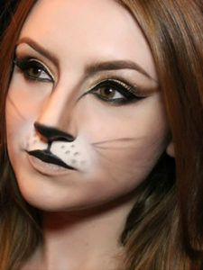 Simple cat makeup ideas for Halloween- Purrfect! Simple cat makeup ideas for Halloween This cat makeup is my absolute favorite! Really great look for a family-friendly Halloween party. Lion Makeup, Bunny Makeup, Wolf Makeup, Animal Makeup, Cat Eye Makeup, Fairy Makeup, Mermaid Makeup, Kids Cat Makeup, Makeup Art