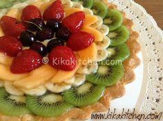 La crostata di frutta è una fresca e colorata versione della classica crostata con crema pasticcera. Da personalizzare con frutta a piacere.