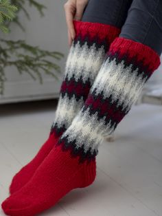 The pattern is easier than you'd guess looking at the finished socks, with colours that blend softly into one another. Knitted from Novita 7 Veljestä. Fair Isle Knitting, Knitting Socks, Free Knitting, Woolen Socks, Knitting Patterns, Crochet Patterns, Argyle Socks, Sock Toys, Diy Clothing
