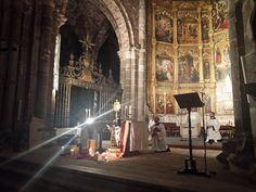 Silencio en la @CatedralAvila ante el Santísimo. Como #SantaTeresa, tratamos de amistad con quien sabemos nos ama