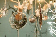 左から Floating Feather Ornaments(7個セット)Φ40~80 H110~210mm ¥10,300 Floating Feather Ornaments Jumbo(3個セット)Φ180mm ¥12,400 Floating Feather Ornaments(7個セット)Φ40~80 H110~210mm ¥10,300 Floating Feather Ornaments Jumbo(3個セット)Φ180mm ¥12,400 Floating Feather Ornaments(7個セット)Φ40~80 H110~210mm ¥10,300 以上roost/cazaru 表参道