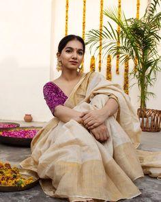 White Saris With Chic Blouses - The handmade craft Kerala Saree Blouse Designs, Saree Blouse Patterns, Indian Photoshoot, Saree Photoshoot, Blouse Back Neck Designs, Set Saree, Kerla Saree, Bollywood Saree, Bollywood Fashion