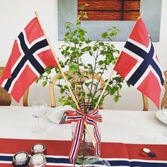 Et sløyfekledd Norgesglass med flagg og bjørkeris av 17. Mai, Norway National Day, American Party, May 17, Aesthetic Room Decor, Thinking Day, Party Entertainment, Time To Celebrate, Scandinavian Style
