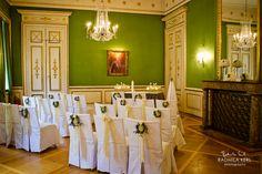 wedding location with green wallpaper and nice chairs by © radmila kerl wedding photography munich schöner Hochzzeitsraum Trauraum mit weißen Stühlen und grüner Tapete und Kronleuchter