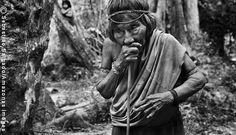 Isolada da Aldeia Juriti, no coração da floresta, a anciã Amerytxia é considerada responsável pela criação de vários índios Awás(Foto de Sebastião Salgado)