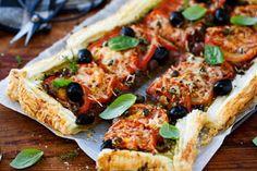 Recipe: Tomato and onion tart - Viva Onion Tart, Onion Relish, Savory Tart, Tart Recipes, Coleslaw, Tray Bakes, Food Inspiration, Vegetarian Recipes, Stuffed Peppers