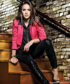 Bruna posa com uma calça preta com estampa de onça e jaqueta rosa