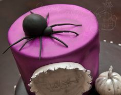 Fondant black widow spider by Yuma Couture Cakes, via Flickr