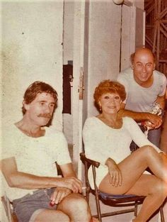 Ο Σταύρος Παράβας μαζί με την Ρένα Βλαχοπούλου και τον Θανάση Βέγγο στο Δελφινάριο την δεκαετία του '80...