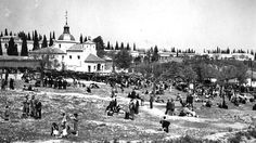 Cientos de personas en la pradera de San Isidro durante las fiestas de su patrón, en 1951.