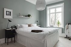 Bedroom with pale green walls and white pigmented floor. Black bedside tables with bedside lamps by Louis Poulsen and white bed. Dark Living Rooms, Living Room Colors, Bedroom Colors, Bedroom Decor, Green And White Bedroom, Green Master Bedroom, Floating Shelves Bedroom, Mexican Home Decor, Scandinavian Interior Design