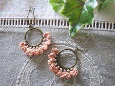 Boucles d'oreille création au crochet, rose poudré, anneau métal bronze, pièce unique de la boutique kticreaboutique sur Etsy