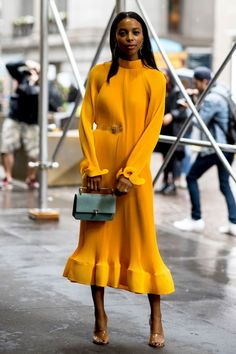 The Best Street Style Looks From New York Fashion Week Spring 2019 - Fashionista - Street Style Inspiration - Best Outfit Ideas Street Style Trends, Street Style Inspiration, New York Fashion Week Street Style, Looks Street Style, Spring Street Style, Cool Street Fashion, Spring Style, Spring Summer, Street Style Dresses