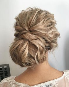 Check out these drop dead gorgeous loose updos wedding hairstyle. The stylists somehow manage to make the whole thing look effortless! Flawless elegance,