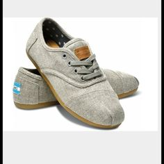 TOMS shoes Color: grey hemp, style: cordones. Brand new TOMS, SIZE 8 US in women's. The outside is wool. The soles are leather. can be worn with or without shoe laces. Never worn. Includes box TOMS Shoes Flats & Loafers