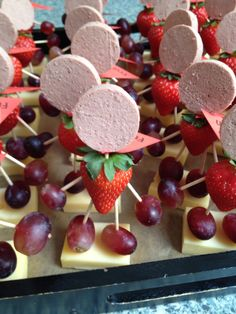 Snacks For Party Easy Finger Foods For Kids Ideas Finger Foods For Kids, Party Finger Foods, Fun Snacks For Kids, Party Snacks, Kids Meals, Cute Food, Yummy Food, Kid Sandwiches, Fingerfood Party
