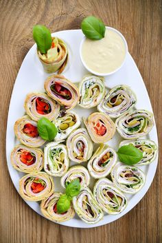 Tortille na imprezę! | SMYKWKUCHNI Appetisers, Yummy Eats, Caprese Salad, Fresh Rolls, Finger Foods, Appetizer Recipes, Catering, Sushi, Food And Drink