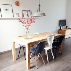 Tafel met verschillende stoelen (back to school stoel, eames stoel, rotan stoel van hkliving); oude kist als tvmeubel; hkliving lamp; rozenbottel in vaas [fotografie en styling door @beaustyling].