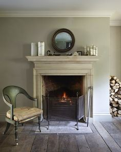 All about matter: wood, painted plaster, calcimated paint, stone.the wall color looks a bit like Farrow and Ball's French Gray. Georgian Interiors, Georgian Homes, Cottage Interiors, My Living Room, Living Room Decor, Dining Room, Bedroom Decor, Georgian Fireplaces, Fireplace Surrounds