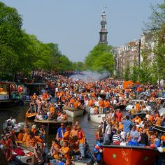 Queen -day on the canals of Amsterdam