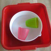 Plastikwanne mit Schüssel und zwei Plastikbechern; © (BIBER) Schulen ans Netz