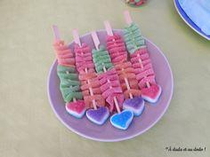 Présentation de la table d'anniversaire sur le thème de l'arc-en-ciel. Birthday Candles, Birthday Cake, Tables, Baby Shower, Candy, Desserts, Food, Candy Buffet, Sweet Tables