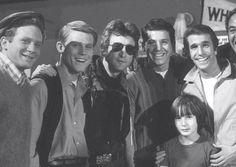 January 1974 when May Pang, John Lennon and his son Julian, toured Paramount Studios. Lennon and the cast Of Happy Days: Don Most, Ron Howard, John Lennon, Anson Williams, Henry Winkler e Julian Lennon.