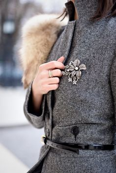 Romanian fashion blogger outfit: grey coat and black skirt, with a vintage fur collar. A very elegant outfit for winter days. The brooch is a very classic and feminine detail for this outfit. Check the blog for more outfits.