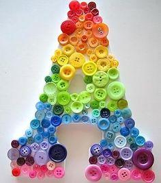 Botões coloridos sobre a letra