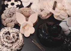 Maison Lemarié fait toutes sortes de fleurs, travaille les plumes, borde et tisse pour CHANEL Coco Chanel, Art Chanel, Chanel Jewelry, Chanel Paris, Camelia Chanel, Chanel Flower, Silk Flowers, Fabric Flowers, Allure Couture