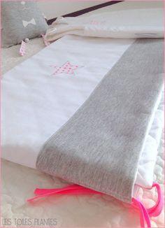 Tour de lit gris/blanc/rose fluo vendu par Les toiles filantes