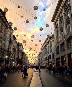 #OxfordStreet shopping! Can't beat it!!  @azxan_    #thisislondon #mattrockslondon http://ift.tt/2fZKFkc