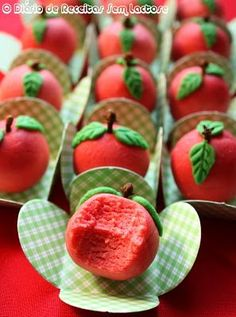 Docinhos de Marzipã sem lactose Marzipan Fruit, Sweet Party, Snow White Birthday, Candy Making, Confectionery, Cake Pops, Smoothie Recipes, Food Art, Sweet Recipes